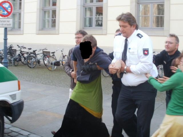 Ein Aktivist wurde in die Polizeiwache gebracht